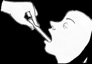 Bei einem Kind wird mit einem Mundspatel ein Rachenabstrich genommen.