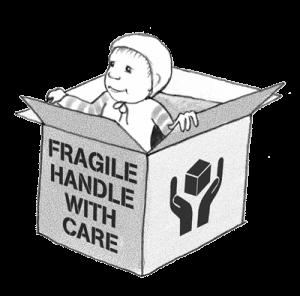 """Baby schaut aus Kiste auf der steht """"Fragile – Handle with care"""""""