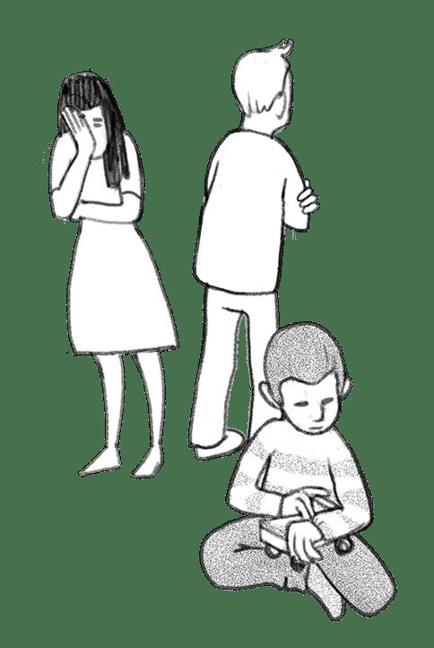 Eltern wenden sich voneinander ab und Kind sitzt verloren am Boden